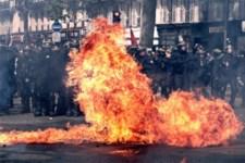 Újabb balhé a franciáknál: gyújtogattak és harcoltak a rendőrökkel a muszlimok
