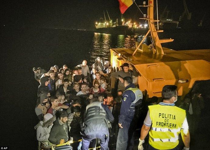 Egyre több sáska érkezik Romániába a Fekete-tengeren át, és szinte mind felénk tart