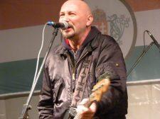 Pénzbírság kifizetésére ítélték, és három évre eltiltották a romániai fellépésektől a Kárpátia rockzenekar énekesét