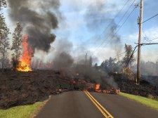 Az utak alól bugyog fel a láva Hawaiin, a mérgező füst is veszélyt jelent a lakosságra (Képek, videók)