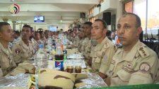 Az egyiptomi hadsereg vacsorát szolgál fel a lakosság számára Ramadán hónapban