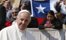 Ferenc pápát arcon dobták Chilében valami rongydarabbal