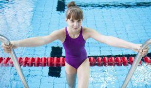 Felnőtt úszó vb-re utazik a 13 éves csodagyerek