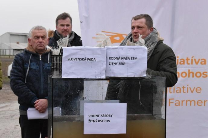 Tüntettek a gazdák: A dán sertéstelepek tönkreteszik a környezetet és az ivóvizet Dél-Szlovákiában (Képek, videó)