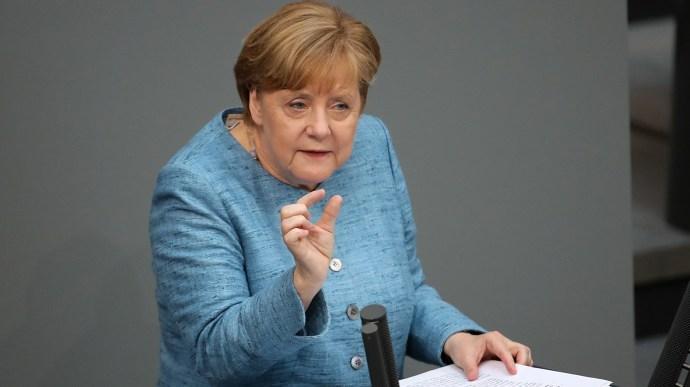 AfD-szónok Merkelnek: burkásokkal, késes férfiakkal és egyéb semmirekellőkkel nem lehet biztosítani a jólétet