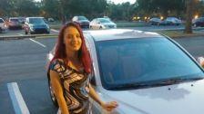 Vadonatúj autót ajándékozott egy jótékony szervezet egy 18 éves fiatal nőnek, mert tanult és eltartotta magát