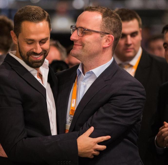 A nőies és férfias stílust egyaránt megjelenítené a CDU homokos elnökaspiránsa – neki nem lesz nehéz