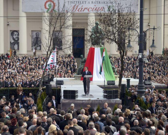 Orbán a Nemzeti Múzeum lépcsőjén állva elszavalta a rezsicsökkentést