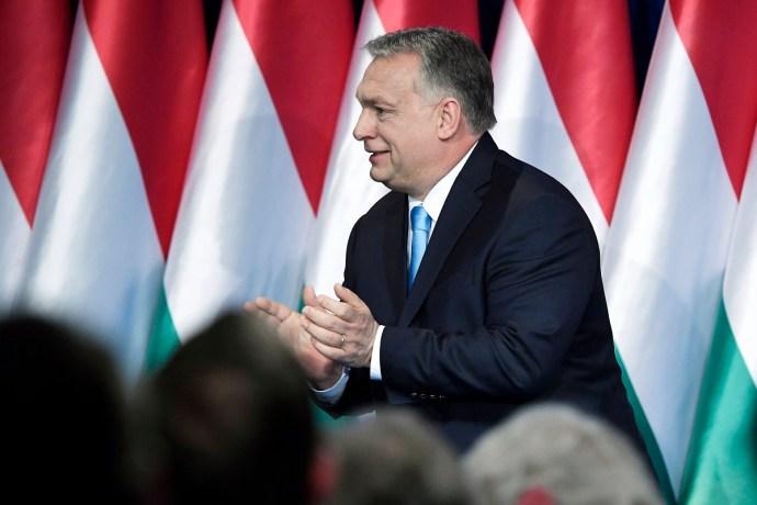 Orbán Viktor világában a penészes narancs is rózsaszínű