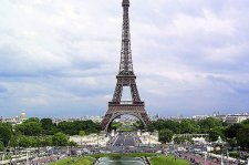 Lezárták a párizsi Eiffel-tornyot
