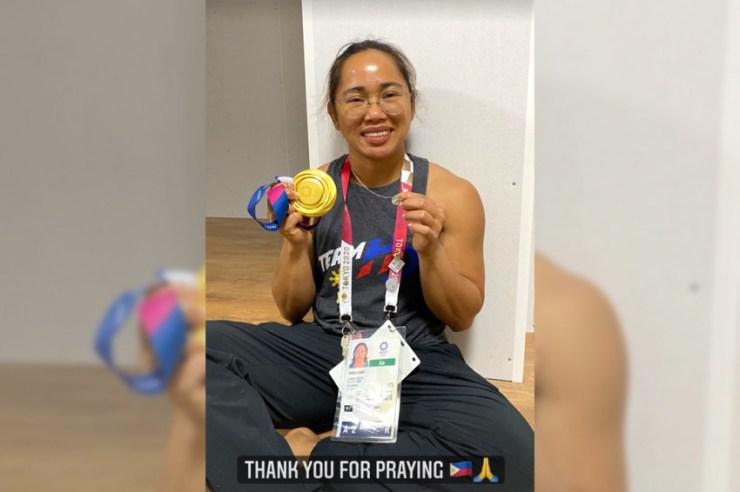 Az első Fülöp-szigeteki olimpiai bajnok felmutatta a csodás érmét a világnak