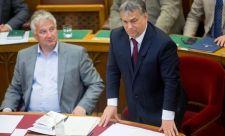 Londonban fényreklámon hirdetik az Orbánt és oligarcháit leleplező Reuters-cikket