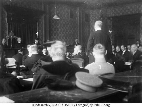 """Adolf Hitler (3) és Erich Ludendorff (4) a meghiúsult """"sörpuccs"""" tárgyalásán a müncheni városi bíróságon (1924. március 3.)"""