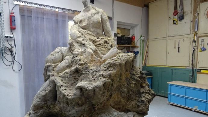 Rejtélyes szobrot találtak egy tatai kőtömbben