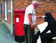 Boris Johnson a burkát viselő nőkről: nevetséges, hogy postaládának öltözve járnak