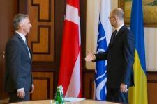 Kínos kijevi baki: Jacenyuk dán zászlóval fogadta a svájci elnököt