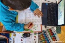 Hatályos: szabadnapot vehetnek ki a szülők, amikor gyerekeik online tanulnak