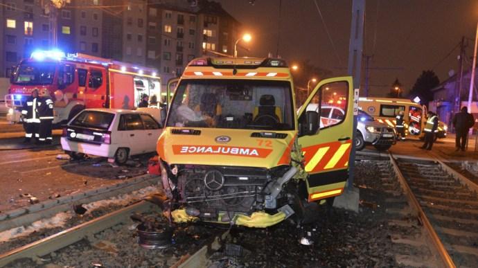 Csúnyán összetört a mentő a karambolban