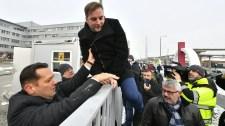 Így másztak át ellenzéki képviselők a tévészékház kerítésén – Képek