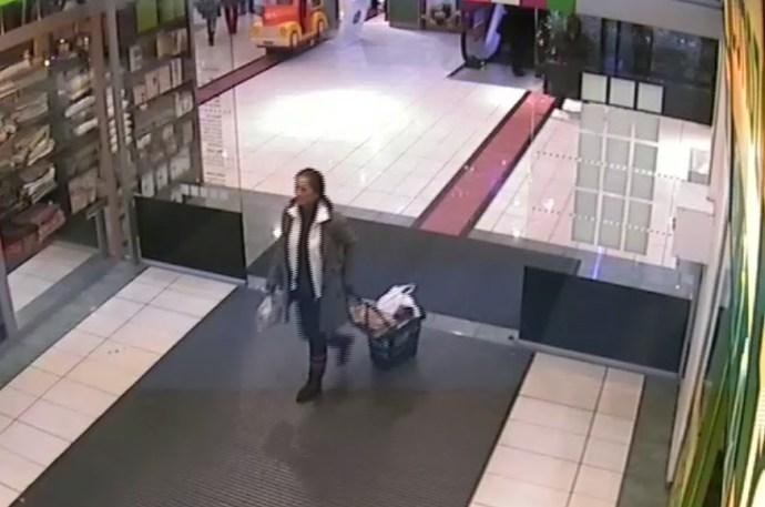 Elfelejtett jelentkezni a tömött bevásárlókocsiban lelt pénztárcával a becsületes megtaláló, most a rendőrség keresi