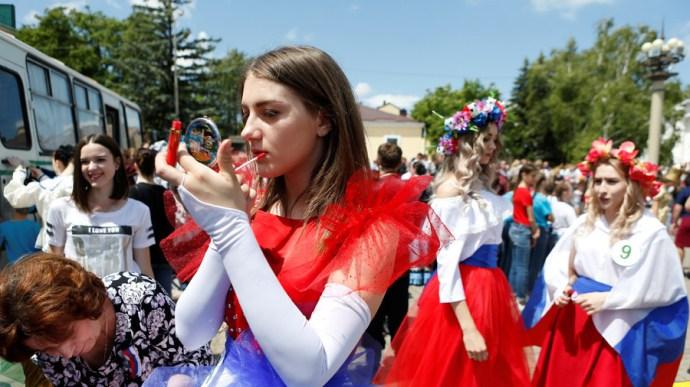 Parlamenti bizottsági elnök az orosz lányoknak: aztán nem kellene színes babákat szülni a foci vb után!