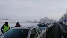 A lezárt sávban énekelték a himnuszt a tüntetők a magyar-szlovák határnál