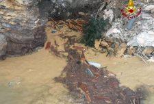 Kétszáz koporsó lebeg a Földközi-tengeren, miután egy temetõ belecsúszott a vízbe