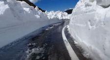 Tisztítják a Transzfogarasi utat, sok helyen 6 méter vastag a hó + videó