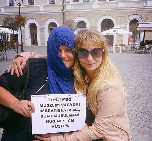 Muszlimokat, leszbikusokat, skizofréneket lehet ölelgetni Sepsiszentgyörgy fõterén