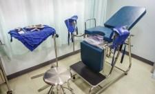 Vérzett, hányt, görcsölt a fiatal lány – mentő nem jött, majd megalázó kórházi ellátást kapott