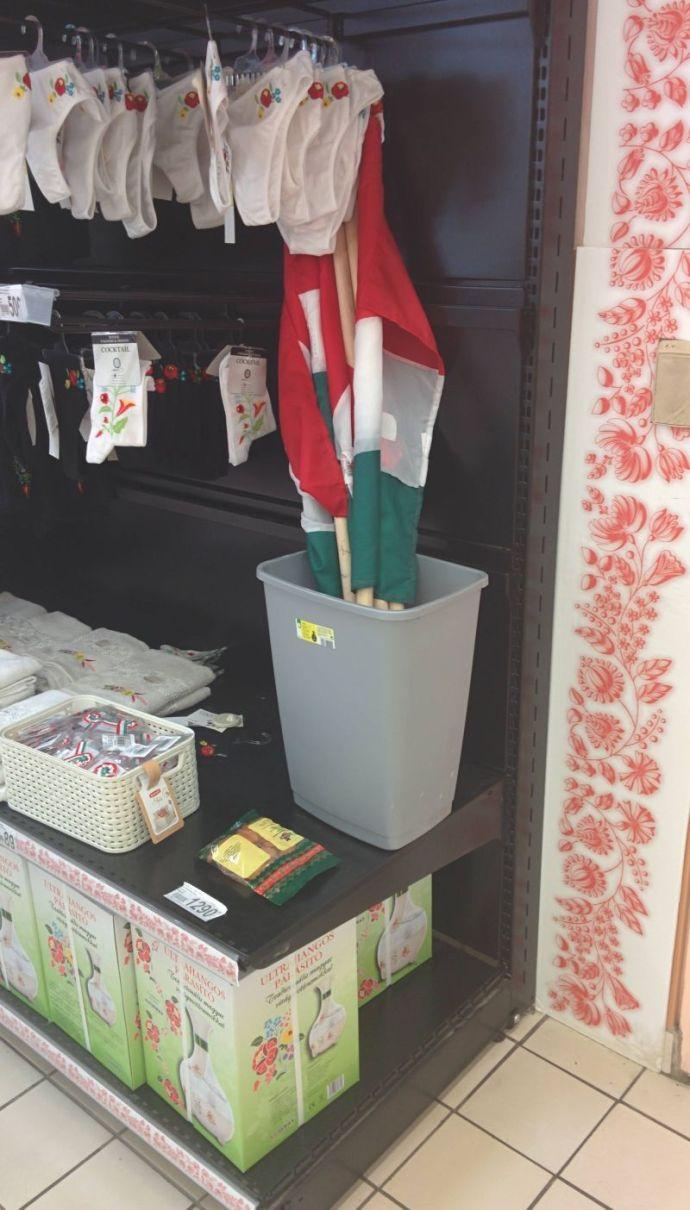 Az óbudai Auchan nem rejti véka alá, hova szánja a magyar zászlót