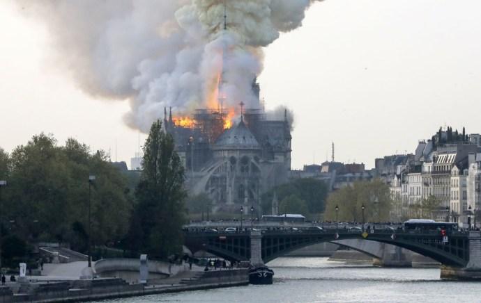 Lángokban a Notre Dame