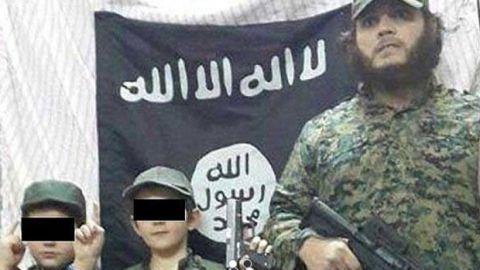 Három gyerekét is magával vitte Ausztráliából egy ILIÁ-terrorista – hétéves fia egy szír katona levágott fejével pózol a Twitteren