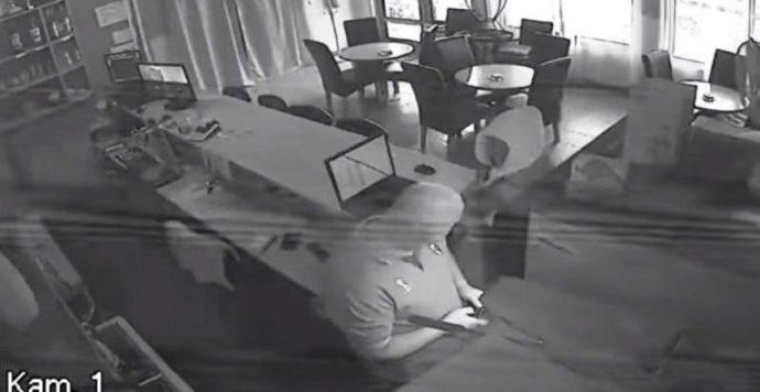 Sikertelen rablótámadás Gútán. A kávézó alkalmazottja elkergette a támadót (Videó)