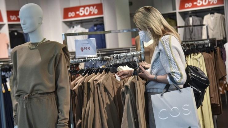 Azöld és sárga besorolású járásokban eltörlik anégyzetméter szerinti korlátozást az üzletekben