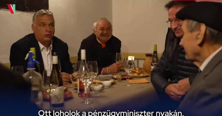 Orbán Viktor Varga Mihály nyakán lohol
