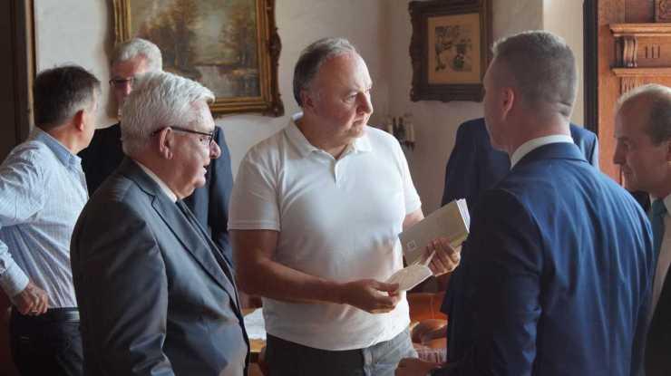 Csáky kinyúlt izompólóban díjazta Durayt – A Pro Probitate – Helytállásért presztízsének süllyedése egyetlen képben