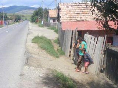 Rettegésükben a falu felgyújtásával fenyegetőznek Kézdiszentlélek bestiális cigányai