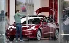 Három műszakban ontják a Model 3-asokat