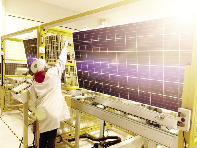 Megvan miért csökken a napelemek ára!