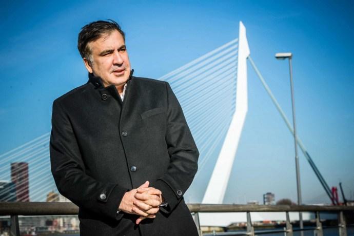 Hétfőn fegyveresek hurcolták el, ma Hollandiába érkezett Szaakasvili