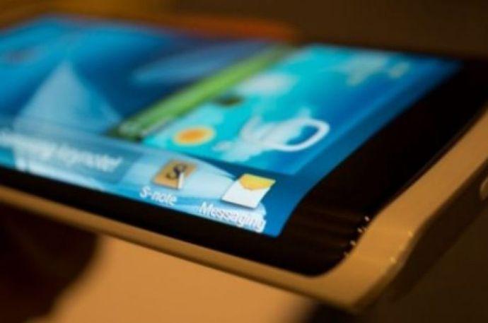 Rövidesen háromoldalas kijelzők lesznek a mobilokon