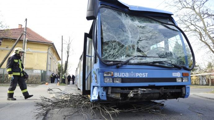Ámokfutás Budapesten, brutálisan törik a BKV járműveit