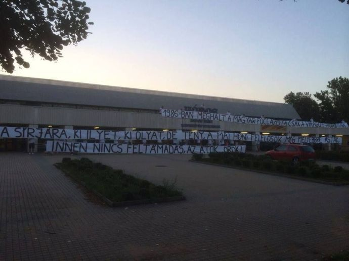 A debreceni ultrák üzentek Csányiéknak – molinójukat be sem engedték a stadionba