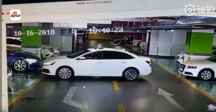 VIDEÓ: A nő csak ki akart tolatni – egy Maserati, egy Audi és egy BMW bánta