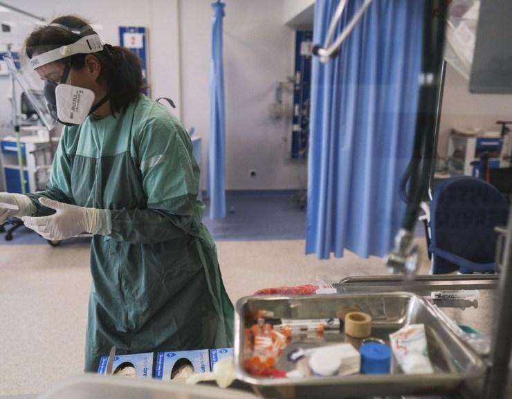 Koronavírus: három beteg elhunyt, kilencszáz fölött a pozitív tesztek száma