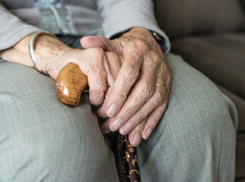 Megöléssel, torka elvágásával fenyegették a 80 éves, gondozásra szoruló nénit