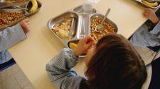 Sápadt, éhező, rossz fogazatú brit iskolások a menzán lévő tányérokból teszik a zsebükbe az ételt