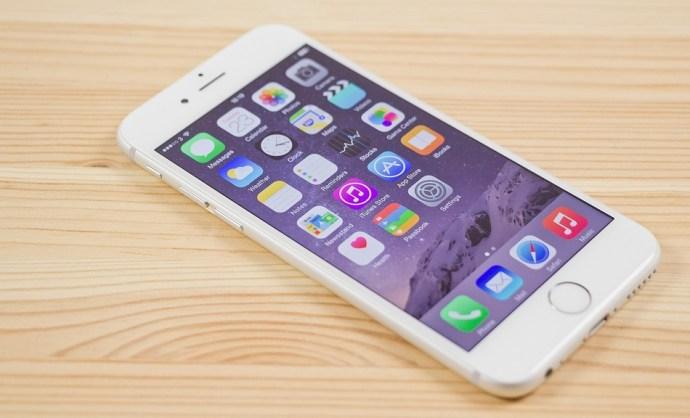 Beismerte az Apple, hogy 1 év után direkt lelassítják az iPhone-okat