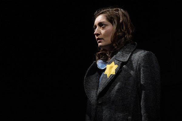 """Még mindig nem dolgoztuk fel a """"holokauszt tényét"""" – Anne Frank-monooperával siet segítségünkre a Budapesti Operettszínház"""